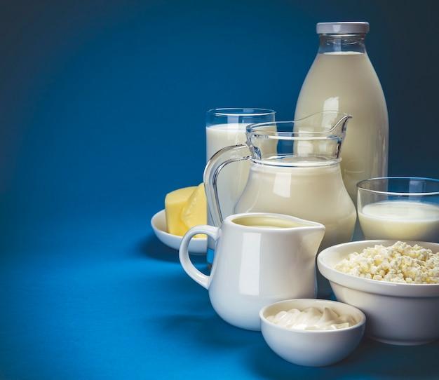 Молочные продукты на синем деревянном