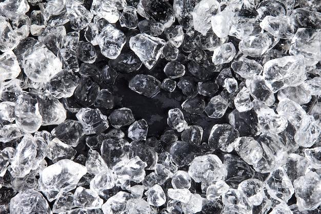 黒の表面に砕いた氷