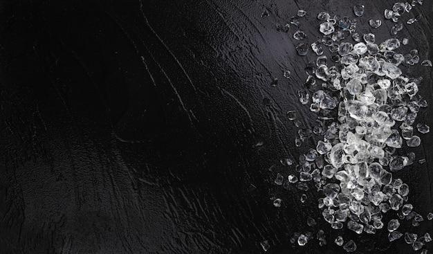 黒い石の背景に砕いた氷の山