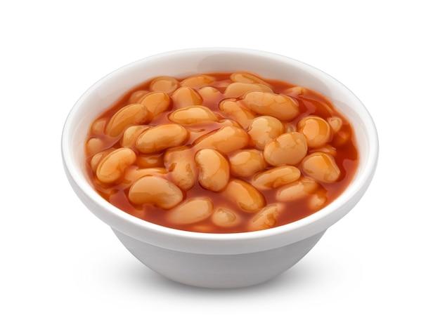 Запеченная фасоль в томатном соусе, изолированные на белом