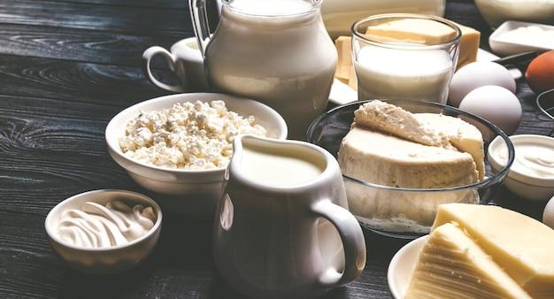 Молочные продукты на черном деревянном столе