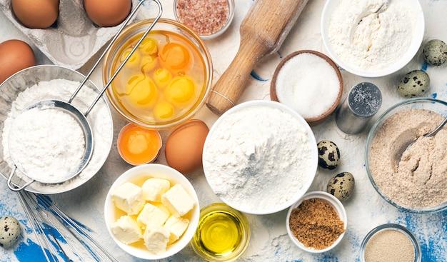 Ингредиенты для выпечки на синем