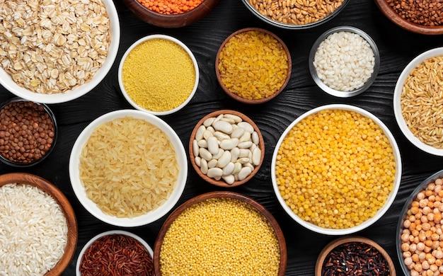 穀物、穀物、種子、割りの黒い木製の背景