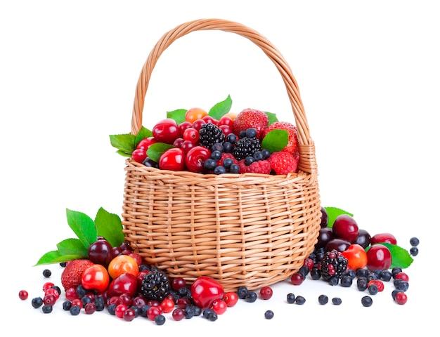 白で隔離されるバスケットの新鮮な果実