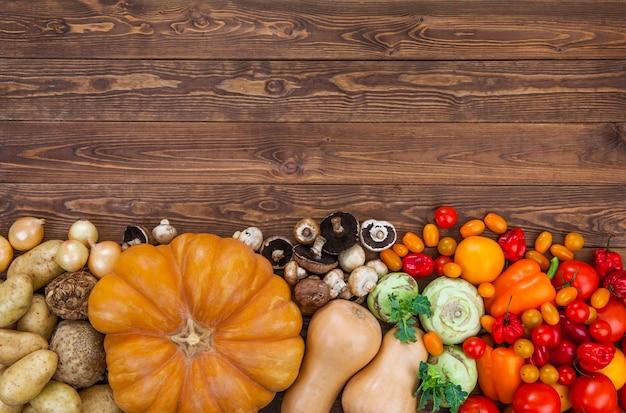 木製のテーブル背景に収穫