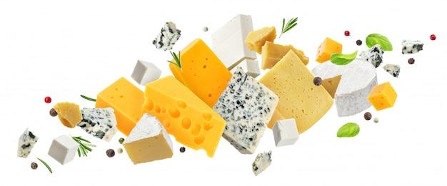白で隔離されるチーズの盛り合わせ