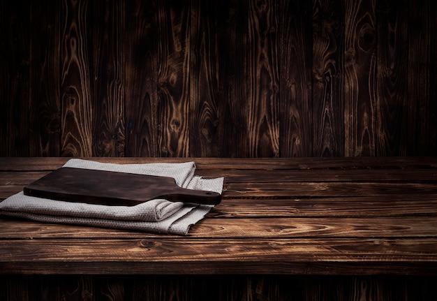 Темный деревянный стол для продукта