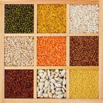 四角い木箱のひき割り穀物