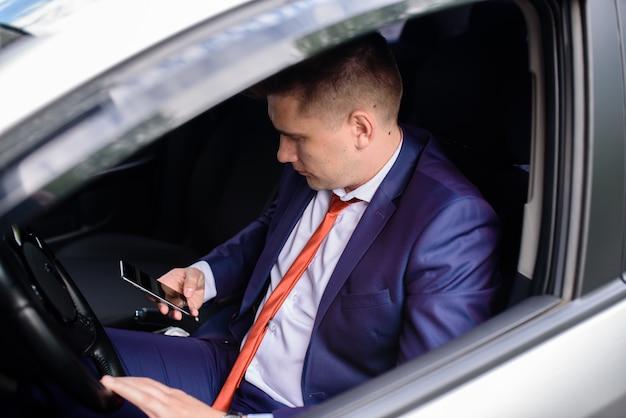 Успешный бизнесмен разговаривает по телефону и улыбается.