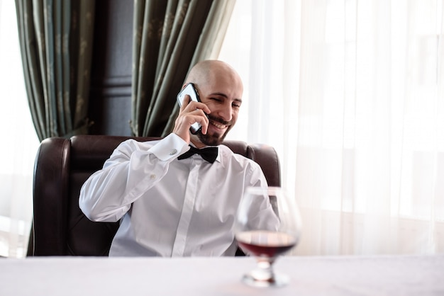 Человек разговаривает по телефону в ресторане.