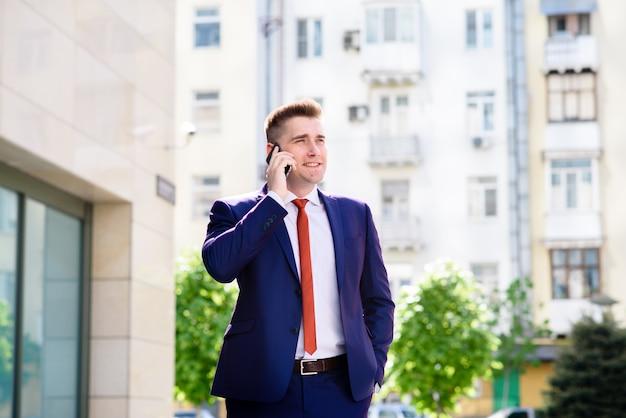 電話で話している成功するビジネス人。