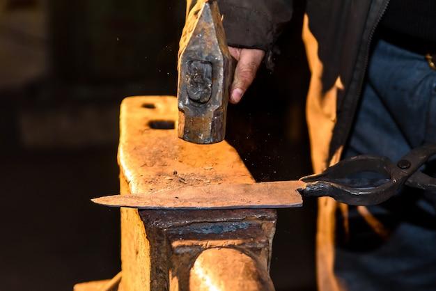 溶融金属の鍛造。ナイフを作る。