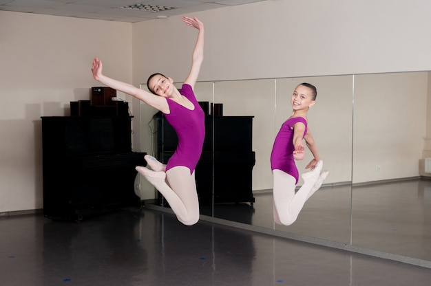 女の子は振り付けにジャンプします。