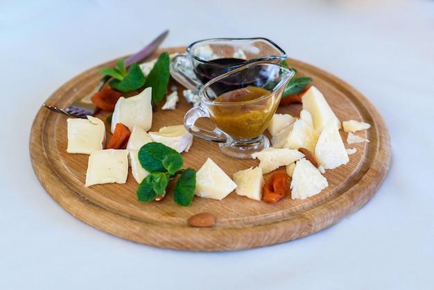 ブドウ、ミント、カシューナッツを含むさまざまなチーズ