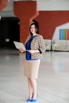 Красивая деловая женщина работает с ноутбуком.