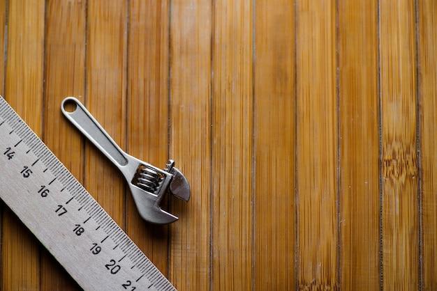 Инструмент и линейка на деревянном