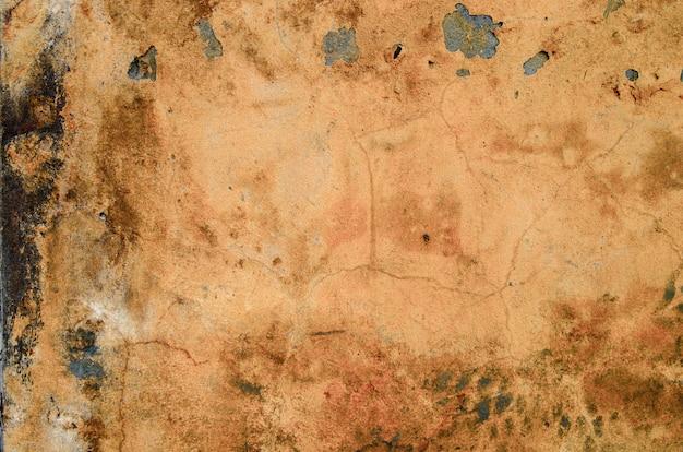 古い皮をむいたオレンジ色の壁。