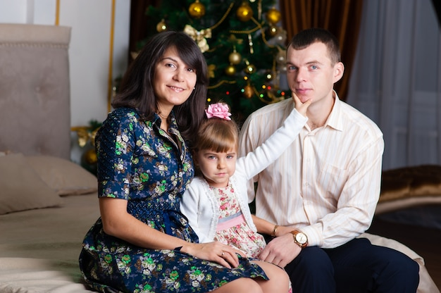 新しい年のお母さんお父さんと娘。