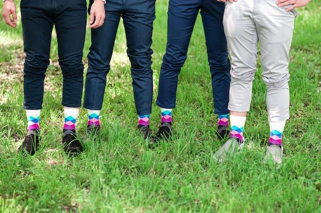 色の靴下で男性の足