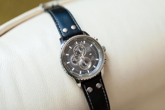 Мужские часы с черным кожаным ремешком