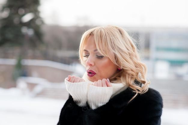 美しい女性、手を暖める、冬、ブロンド