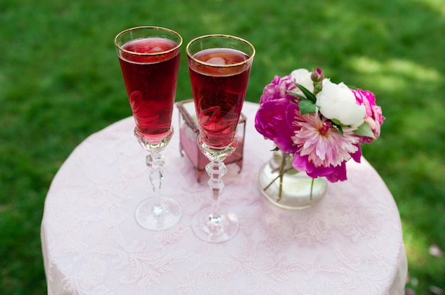 Свадебные бокалы с розовым шампанским