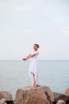 海の岩の上の少女