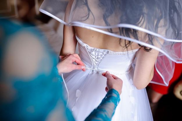ウェディングドレスの留め具