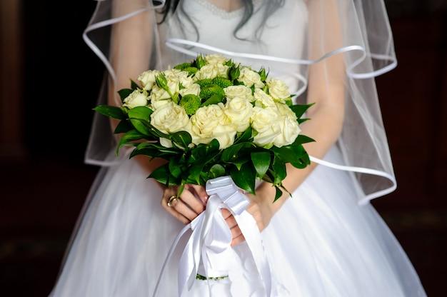 花嫁の手の中の美しい花束