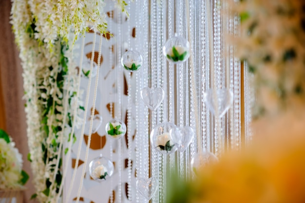 美しい結婚式の装飾とガラスの色