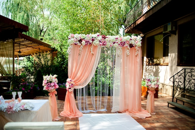 Розовая свадебная арка
