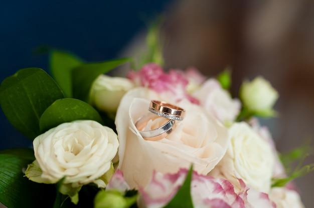 Обручальные кольца в цветах