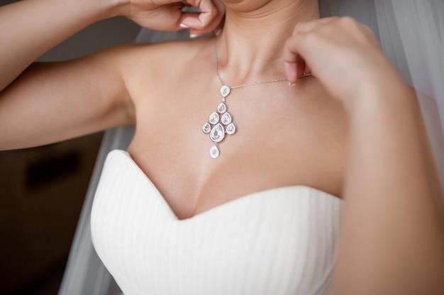 Невеста носит красивое ожерелье.