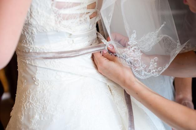 Помогите невесте одеть свадебное платье.