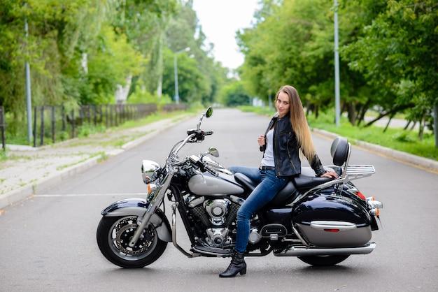 Красивая девушка на мотоцикле.