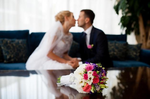 Букет для невесты и жениха на заднем плане