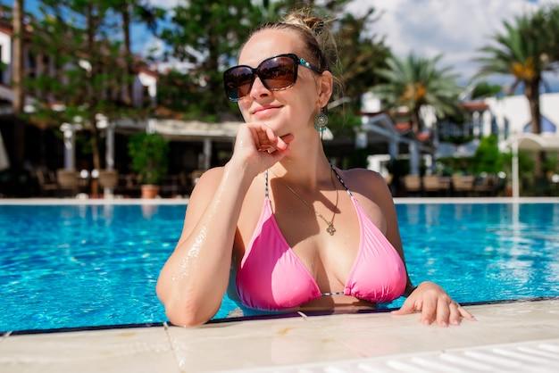 プールで美しいセクシーな女性