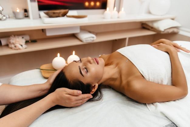 Красивая молодая женщина, получение спа массаж.