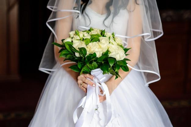 花嫁の手の中に美しい花束