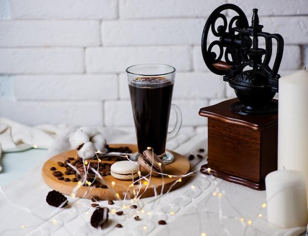 Кофе. кружка кофе на переднем плане