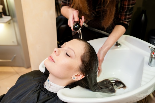 髪を洗う美しい女性。