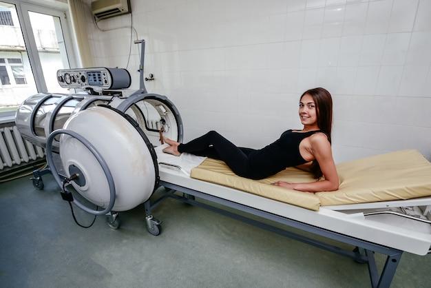 医療機器。病院でコンピューター断層撮影の部屋で医師と患者。