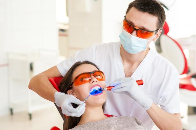 虫歯の治療、現代医学。口腔病学。