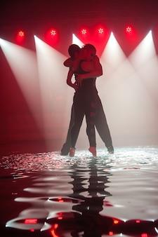 水で踊る若いカップル。