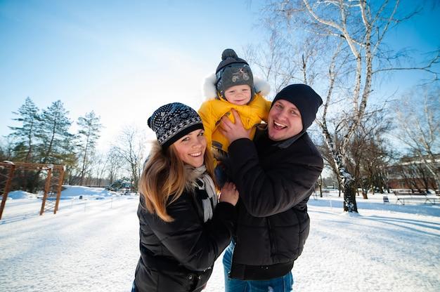 Портрет счастливой семьи в зимнем парке