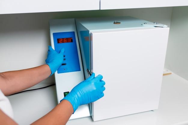 医学および美容院の用具の消毒のための滅菌装置。