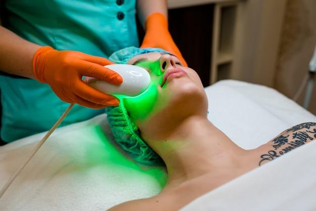 美容師は装置をマイクロカレント療法の手順に