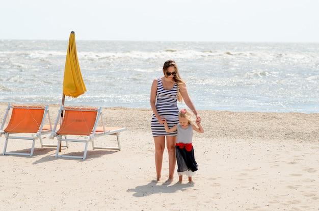 母と娘は海で楽しんで