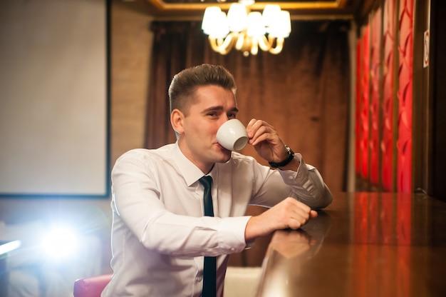 コーヒーを飲む若い人たち