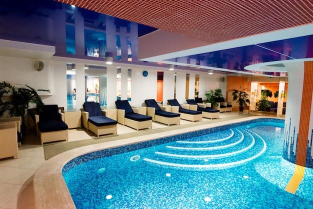 休息のための場所で美しい青いプール。